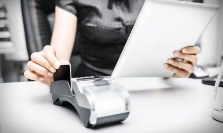 Limit i karta kredytowa. Czy dać się na nie namówić bankowcom?