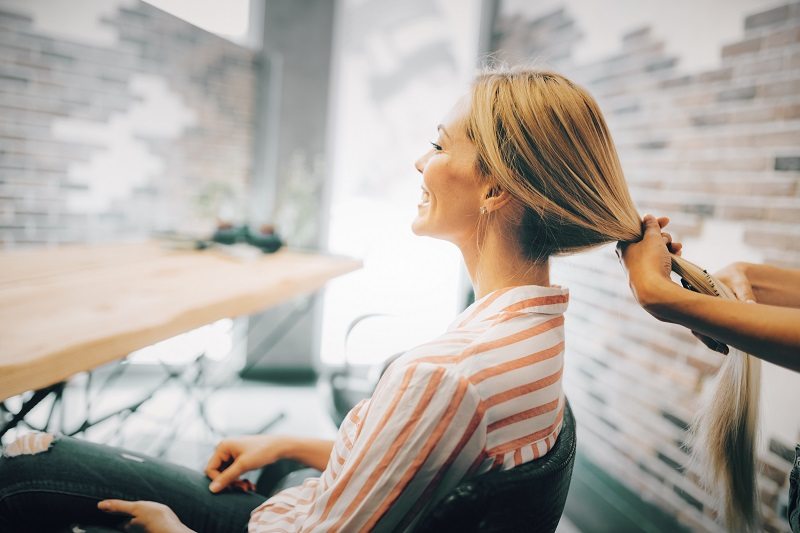 Fryzjer mobilny – czy warto korzystać z takich usług?