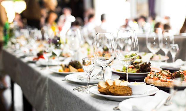 Catering na wesele w ogrodzie – co wybrać i gdzie go zamówić?